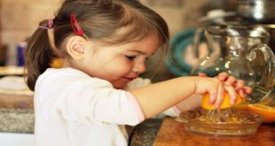 Wiki Juices - Little girl making orange juice