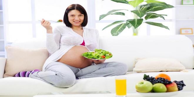Wiki Juices - Pregnant woman with lemon juice